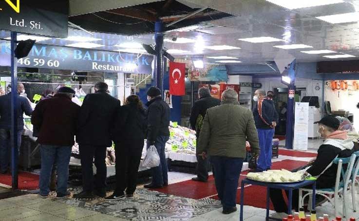 Antalya'da sokağa çıkma kısıtlaması öncesinde balık tezgahlarında yoğunluk