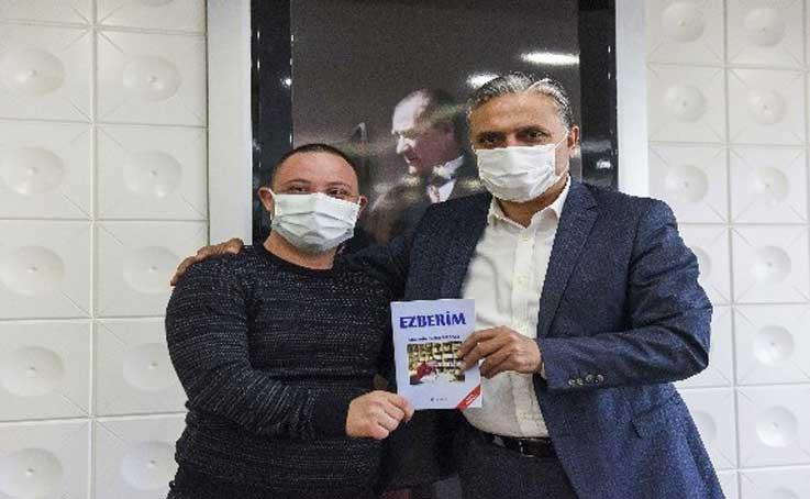 Down sendromlu yazar kitabını Uysal için imzaladı