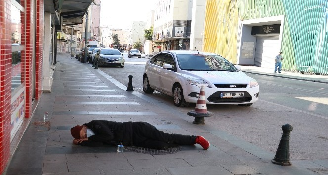 Antalya'da alkollü kişi, kaldırımda sızdı kaldı