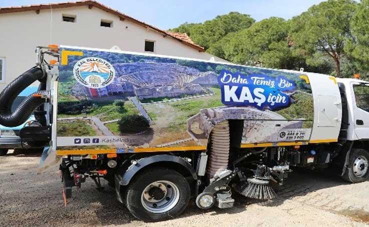 Kaş Belediyesine hibe yol süpürme aracı