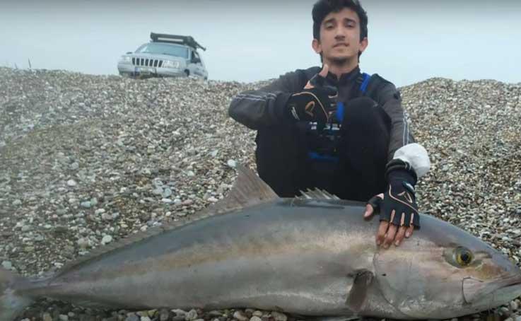 Antalya'da lise öğrencisinin oltasına boyu kadar balık takıldı