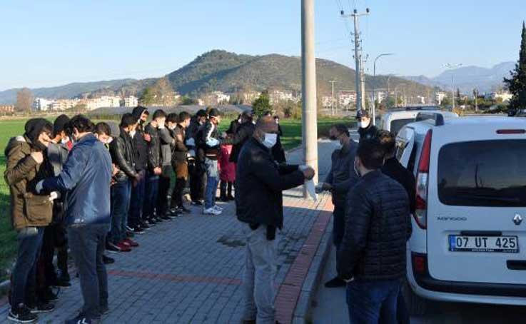 Gazipaşa'da seralarda saklanan 32 kaçak göçmen yakalandı