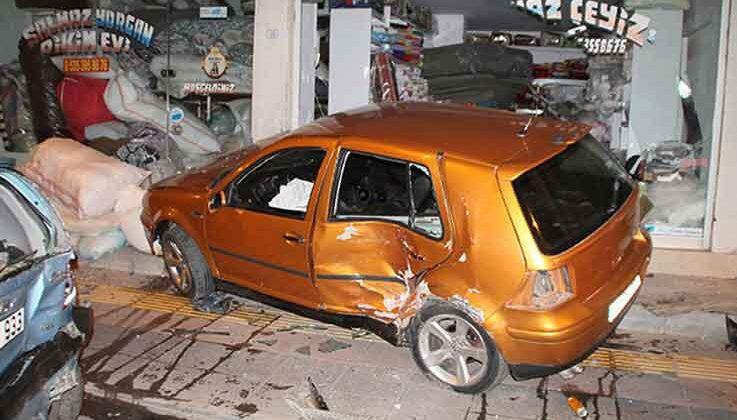 Otomobil park halindeki araca, ardından da çeyiz mağazasının vitrinine çarptı