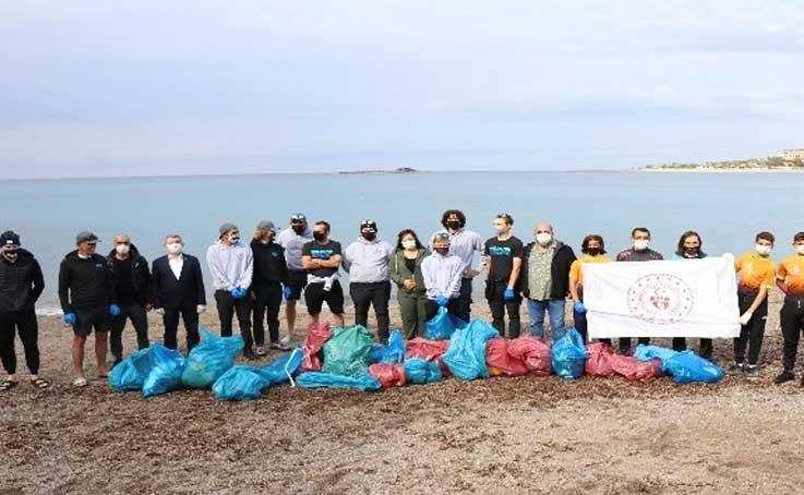 Amerikalı sporcular Antalya'da çevre temizliği yaptı