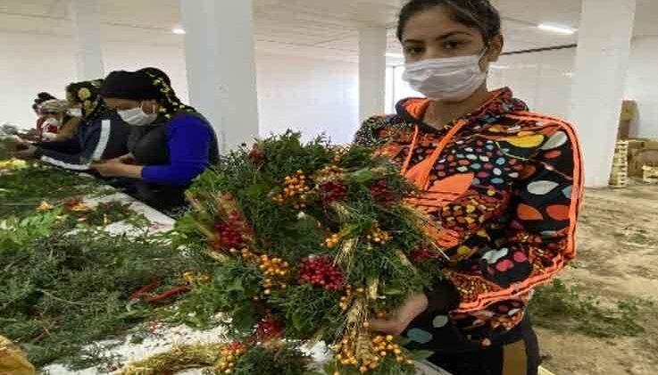 Pandemi döneminde satamadığı çiçekleri kurutup kapı çelengi yaptı, şimdi ürün yetiştiremiyor