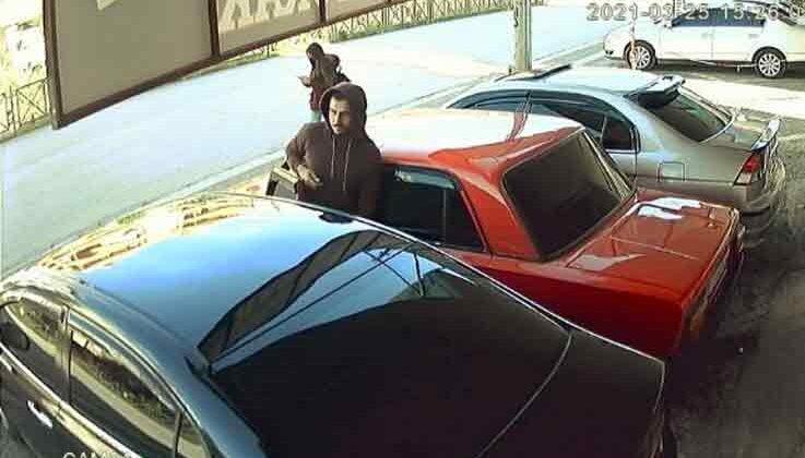 Düz kontakla galeriden otomobil çalan hırsızın rahat tavırları güvenlik kamerasında