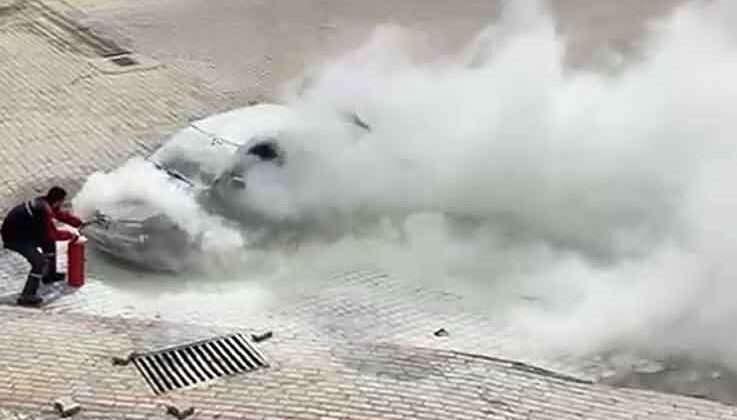 Hareket halinde alev alan otomobili, vatandaşlar söndürdü