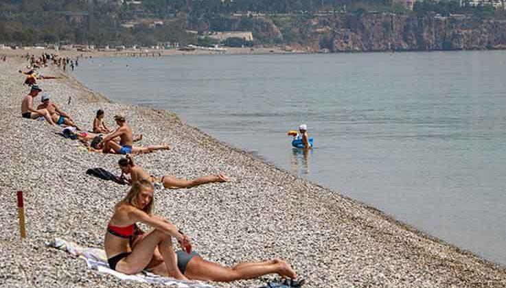 Kısıtlamadan muaf turistlerin sahil keyfi