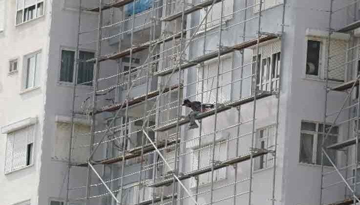 İnşaat işçisinin 10'uncu kattaki tehlikeli çalışması yürekleri ağza getirdi