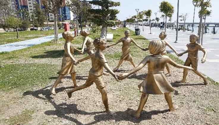 El ele tutuşan çocuk heykelleri onarıldı