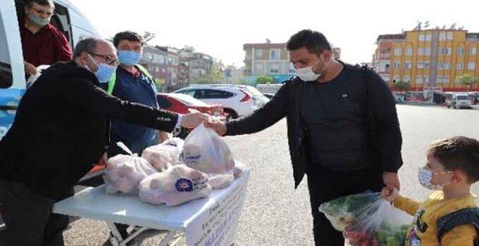 Üreticinin elinde kalan elmalar vatandaşlara dağıtıldı