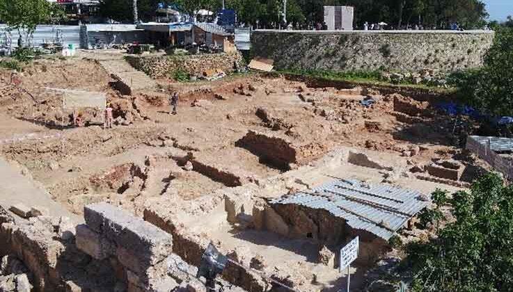 Hıdırlık Kulesi çevresinde yürütülen arkeolojik kazı çalışması genişletiliyor.