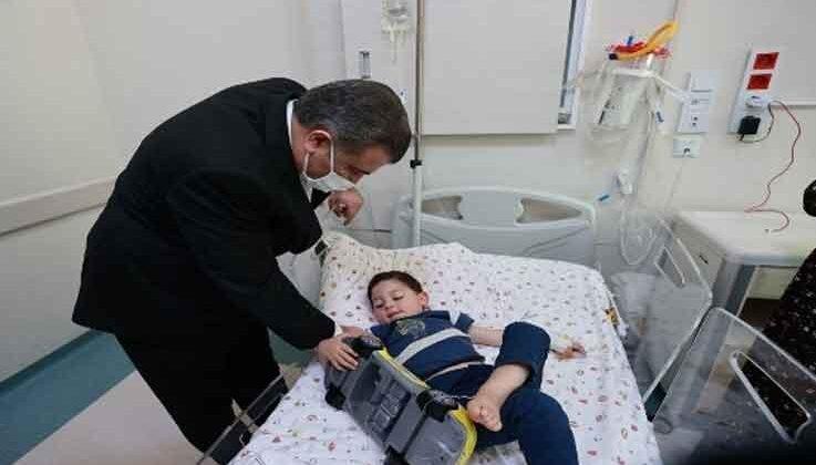 Bakan Koca, toplantı için geldiği Antalya'da hasta çocukları unutmadı