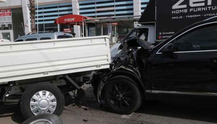 2 saat önce satın alınan kamyonet karşı şeride geçip iki aracı biçti: 2  yaralı - Antalya Haber Gündemi