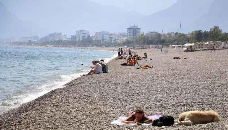 Kısıtlamanın ilk gününde sahiller yerleşik olmayan turistlere kaldı