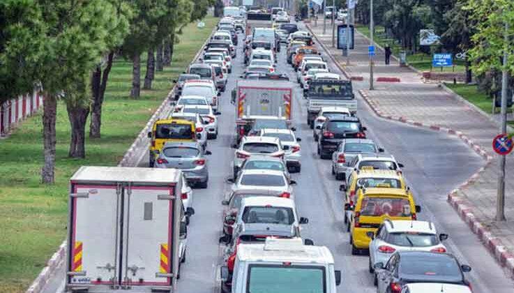 Antalya'da 'tam kapanma' denetimi; kilometrelerce araç kuyruğu oluştu