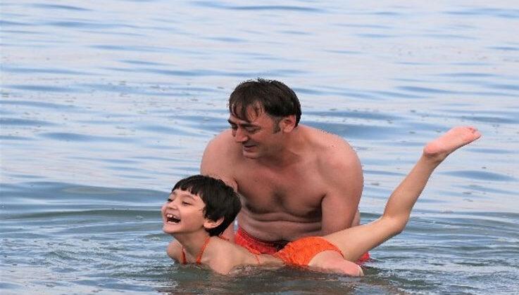 Fedakar baba, tek bacağı olmayan kızına önce yürümeyi, sonra koşmayı şimdi de yüzmeyi öğretiyor