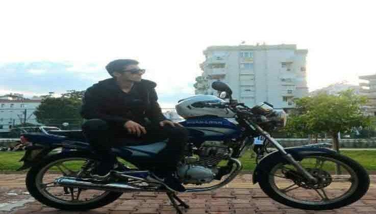 Motosikletli genç önce aydınlatma direğine çarptı sonra kaldırıma savruldu: 1 ölü