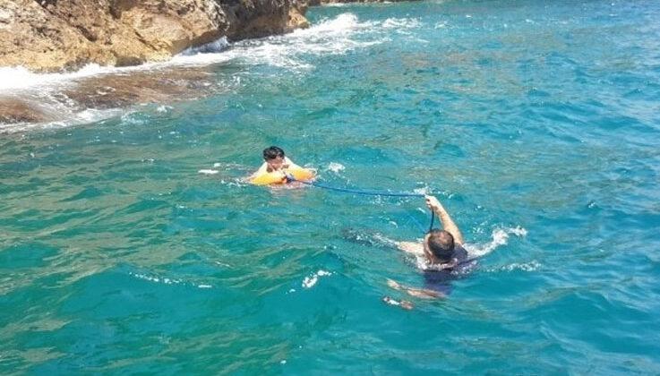 Falezlerde otururken 20 metre yükseklikten denize düşen genci, deniz polisi kurtardı