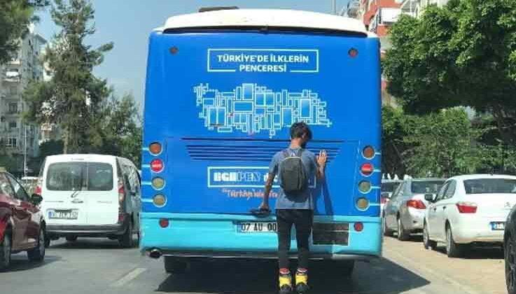Patenli genç, tutunduğu otobüsü durakta dahi bırakmadı