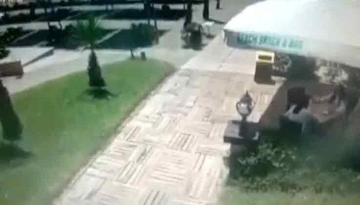 Şiddetli rüzgar, şemsiyeleri uçurdu tatilciler neye uğradığını şaşırdı