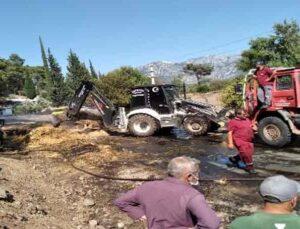 Seyir halindeki kamyonda bulunan balyalar yandı