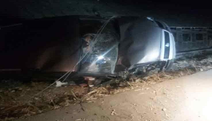 Elektrik direğine çarpan alkollü sürücü otomobiliyle seraya girdi