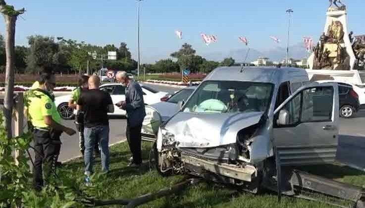 Çarpışan otomobillerin hava yastıkları hayatta tuttu