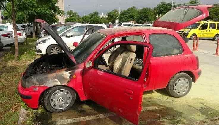 Sağlık çalışanının hastane bahçesine park ettiği araç yandı