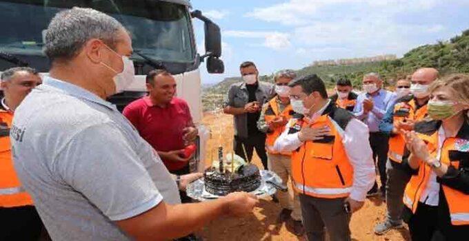 Başkan Tütüncü'ye, belediye işçilerinden doğum günü sürprizi