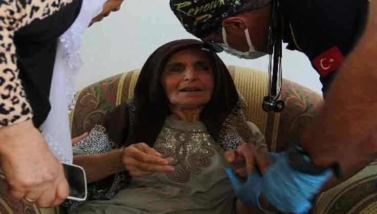 Yangında mahsur kalan yaşlı kadını komşuları kurtardı