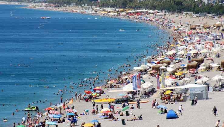 Kısıtlamasız ilk pazar günü Konyaaltı Sahili doldu