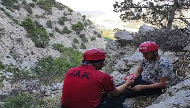 Uçurumun kenarında mahsur kalan adam 6 saatte kurtarıldı