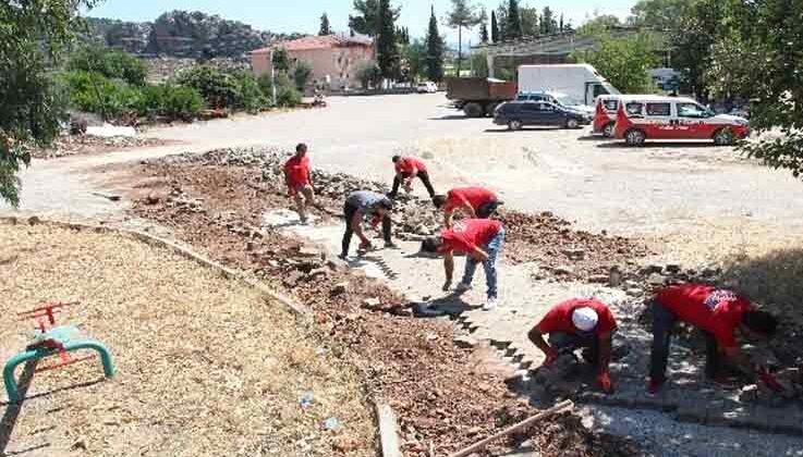 Nar Masa acil çözüm ekibi 'parke taşlarını tamir etti'