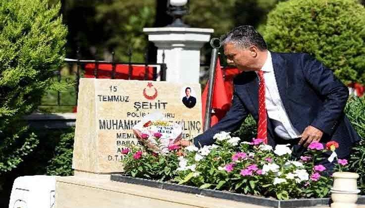 Başkan Uysal, şehit kabirlerini ziyaret edip çiçek bıraktı