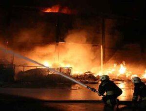 Antalya'da plastik fabrikasında yangın devam ediyor