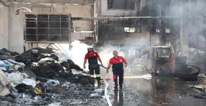 Antalya'da alev alev yanan plastik fabrikasından geriye küle dönmüş yığınlar kaldı