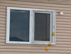 Öfkeli komşu tartıştığı komşusunun evine pompalıyla ateş etti, anne kolundan yaralandı, köpek katledildi