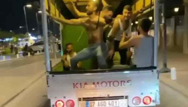 Eğlencenin dozunu kaçırıp, kamyonet kasasında kendilerinden geçtiler