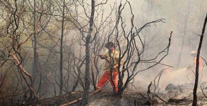 Yoğun duman ve alevlerin arasında mücadele ediyorlar
