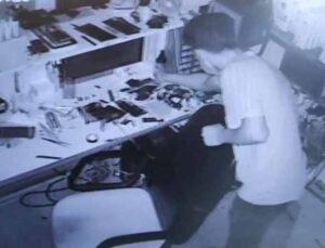 Çekmecede telefonları gören hırsız hangisini çalacağına karar vermede zorlandı